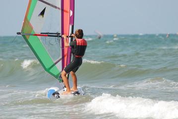 bambino in windsurf