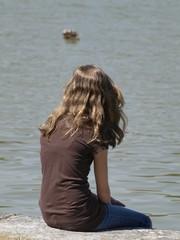 Chica contemplando el lago
