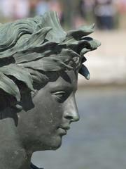 Escultura en una fuente de Versalles en Francia