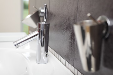 Armaturen und Wasserhahn im Badezimmer