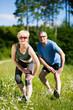 Älteres Paar treibt Sport in der Natur