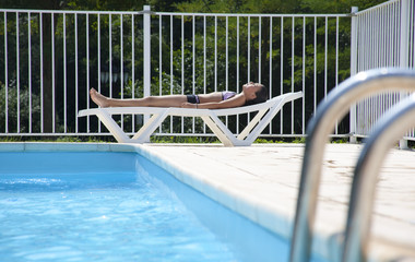 Bronzage à la piscine