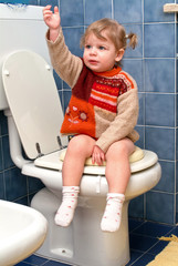 Bambino sul gabinetto