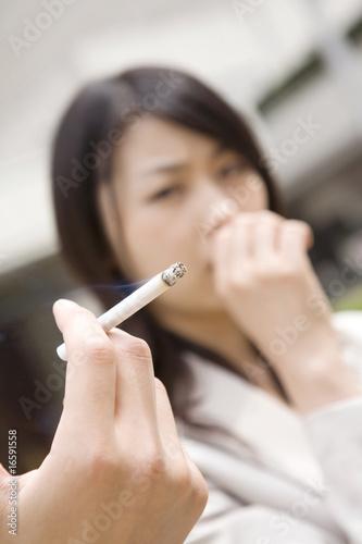 近くでタバコを吸われ嫌がる女性