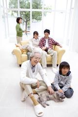 3世代ファミリーの団欒風景