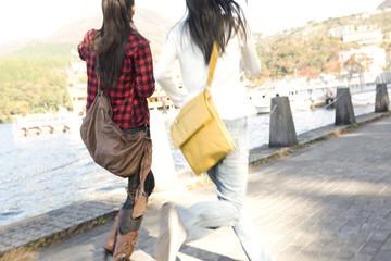 湖畔を走る女性2人の後姿