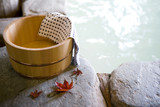 Fototapety 露天風呂の桶と紅葉