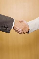 握手をするビジネスマン2名の手元