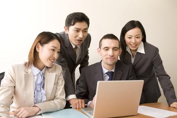 パソコンを囲むビジネスマンとol
