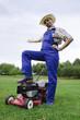 Rasenmäher Mann zeigt auf seinen Rasen