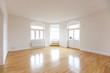 Wohnzimmer einer leeren Altbauwohnung