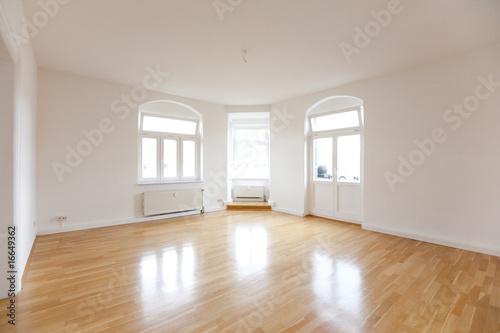 Wohnzimmer einer leeren Altbauwohnung плакат