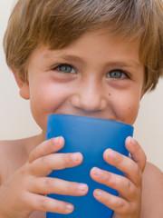 bambino  che beve acqua dal  bicchiere