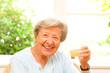 Seniorin trinkt Apfelsaft
