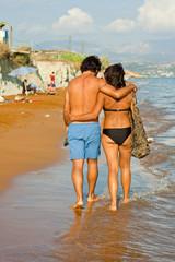 Innamorati passeggiano in spiaggia