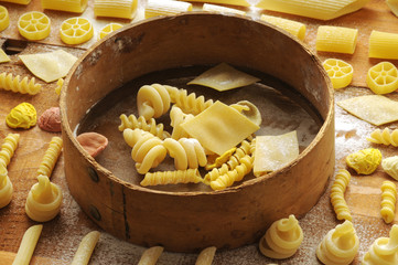 Pasta mista cruda con setaccio