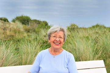 Seniorin auf Parkbank