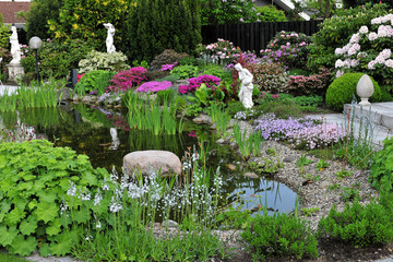 Schöner Garten mit vielen Pflanzen