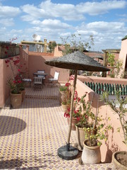 Dachterrasse Riad les Oliviers mit Sonnenschirm