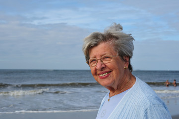 Seniorin am Strand XII