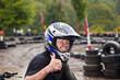 Jugendlicher mit Helm ist begeistert vom Quad fahren