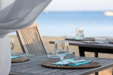 tables mises au bord de la mer