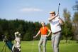 Älteres Paar beim Golfen