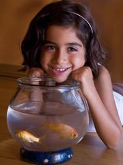 bambina con pesci