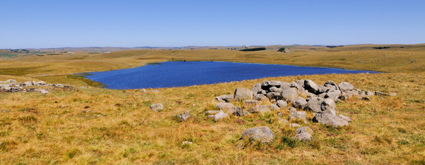 Le lac de saint andéol dans l'aubrac