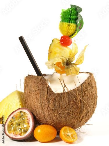 cocktail in der kokosnuss stockfotos und lizenzfreie bilder auf bild 16781393. Black Bedroom Furniture Sets. Home Design Ideas