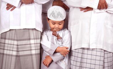 children pray