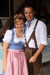 Junges glückliches Paar in bayerischer Tracht
