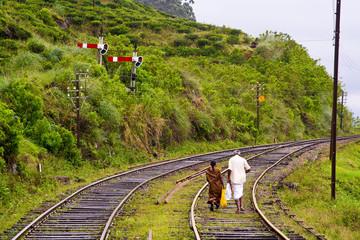 Menschen laufen auf Gleisen, Eisenbahn Trassen bei Nässe