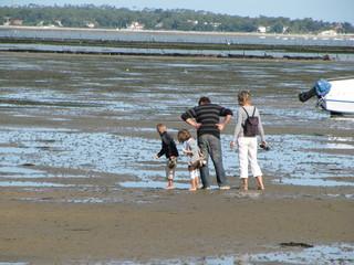 famille sur la plage à marée basse