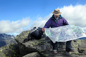 Man with hiking map - mann mit Wanderkarte