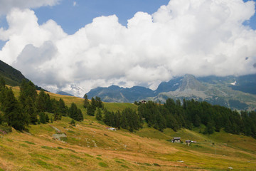 Pianoro di montagna con nuvole all' orizzonte