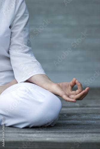 Frau macht Yoga auf Terasse. Detailaufnahme Poster