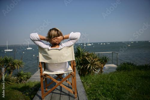 femme assise sur une chaise face la mer de auremar photo libre de droits 16843393 sur. Black Bedroom Furniture Sets. Home Design Ideas