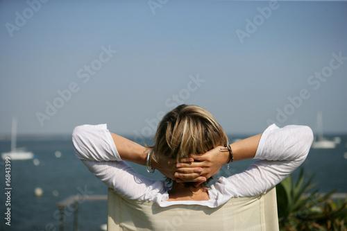 femme assise sur une chaise face la mer photo libre de droits sur la banque d 39 images fotolia. Black Bedroom Furniture Sets. Home Design Ideas