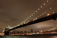 Brooklyn Bridge a Manhattan Skyline v noci, New York City