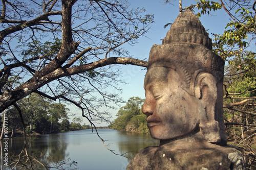 Statue de pierre à l'entrée du site BAYON des temples d'Angkor