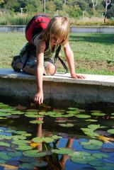 Randonnée - Enfant à genou près du bassin