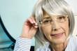 Seniorin mit Brille