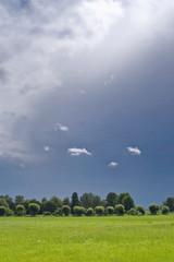 Weiße Wolken vor einer Gewitterfront