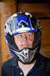 Jugendlicher mit Helm ist begeistert vomQuad fahren