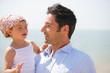 Portrait d'un homme portant une petite fille dans ses bras