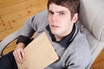 Mann mit Kuriersendung im Bürostuhl