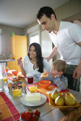 Couple prenant leur petit déjeuner avec un petit garçon