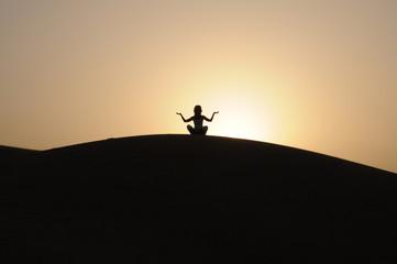 ragazza in relax al tramonto