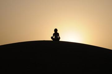 donna in meditazione nel deserto